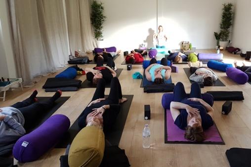 Em-teaching-pranayama-Alpine-Spring-Retreat